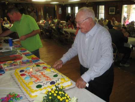 JL-Doolittle-cuts-his-95th-birthday-cake